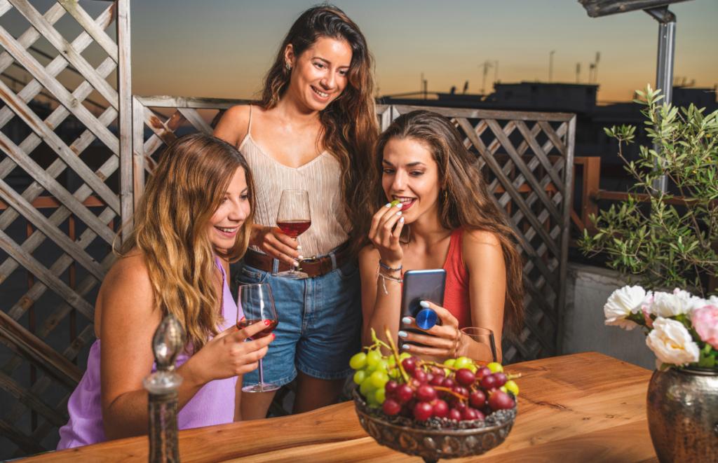 Tres chicas bebiendo vino. Perfil de consumidor de vino