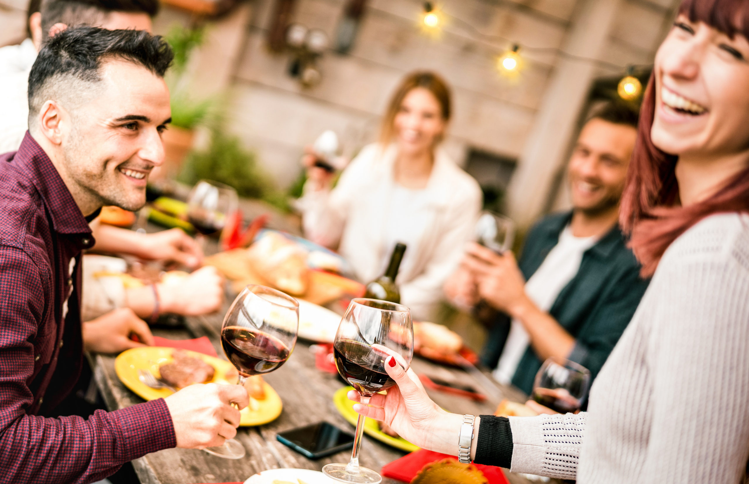 Catando vinos en casa con amigos