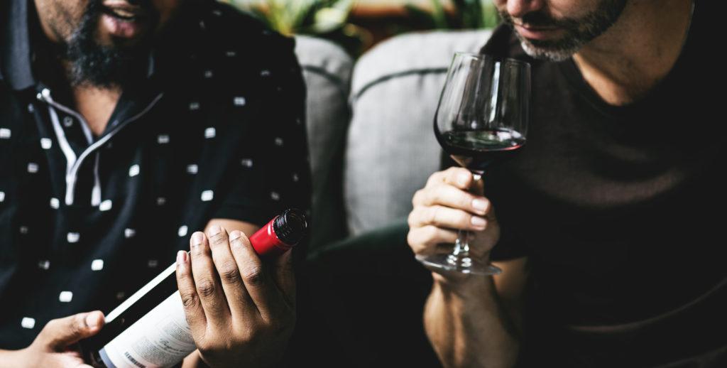 Cata de vino con amigos en casa