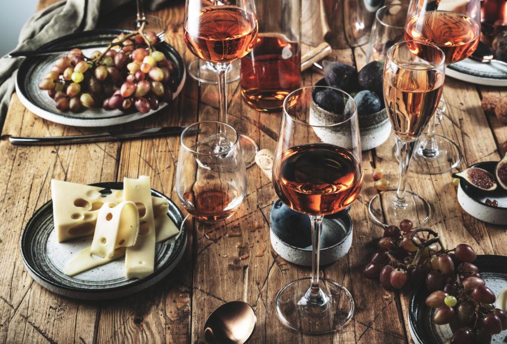 El vino rosado en las cenas veraniegas. Razones por las que tomarás vino rosado