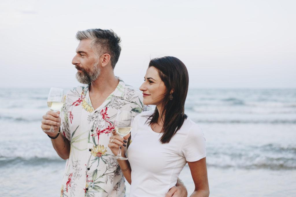 cómo beber vino en verano. Copa de vino blanco en la playa